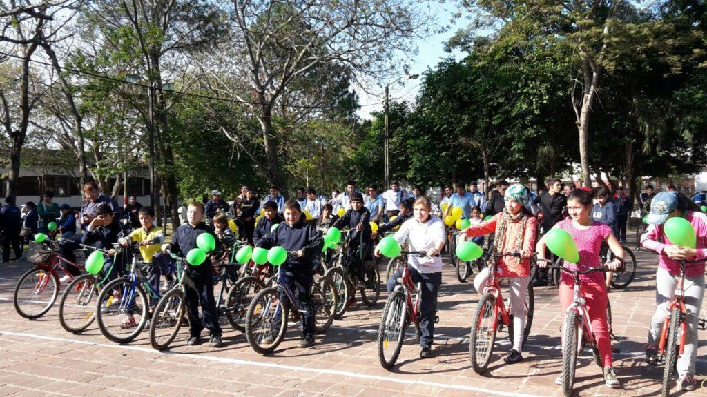 Niños inician una recorrida en bicicleta el pasado 5 de junio, Día Mundial del Medio Ambiente. Fuente: aplicadas.unp.edu.py